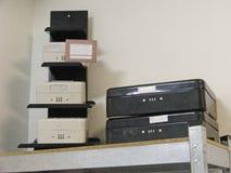 Caja fuerte blanca y negra imagenes de archivo