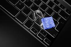 Caja fuerte bloqueada del ordenador del ataque del virus o del malware Ordenador portátil que es protegido contra crimen y cortar foto de archivo libre de regalías