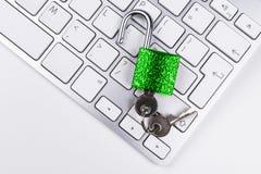 Caja fuerte bloqueada del ordenador del ataque del virus o del malware Ordenador portátil que es protegido contra crimen y cortar fotografía de archivo