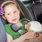Caja fuerte bonita de la muchacha en su asiento de coche Imagen de archivo