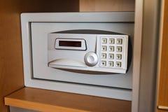 Caja fuerte electrónica en guardarropa del ` s del hotel fotografía de archivo