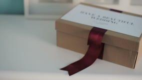 Caja hermosa de la boda para un regalo en un aparador blanco almacen de metraje de vídeo