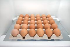Caja llena de huevos en un refrigerador Imagen de archivo