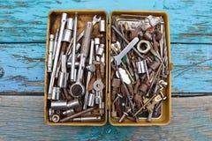 Caja metálica de nueces - y - pernos y herramientas fotos de archivo