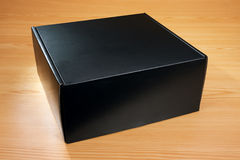 Caja negra misteriosa en el fondo de madera Fotografía de archivo libre de regalías