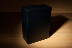 Caja negra misteriosa en oscuridad Fotos de archivo libres de regalías