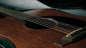 Caja oscura de apertura de la guitarra Concepto de la seguridad, de la protección, del principio o del funcionamiento 4K se cierr almacen de video