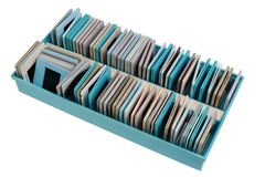 Caja plástica azul con las viejas negativas y las diapositivas polvorientas aisladas imágenes de archivo libres de regalías