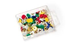 Caja plástica con las tachuelas de pulgar Foto de archivo