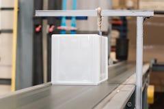 Caja plástica en correa en fábrica Fotos de archivo libres de regalías