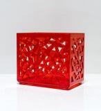Caja plástica roja translúcida con el cuerpo perforado del modelo fotografía de archivo libre de regalías
