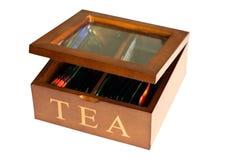 Caja práctica de madera para almacenar las bolsitas de té, aislada en el fondo blanco imagen de archivo