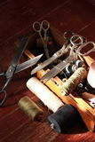 Caja que hace punto con muchas herramientas y tijeras del hilo Fotografía de archivo libre de regalías