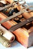 Caja que hace punto con muchas herramientas y tijeras del hilo Foto de archivo libre de regalías