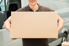 Caja que lleva del hombre de entrega a disposición imagen de archivo libre de regalías
