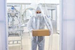 Caja que lleva farmacéutica del técnico de laboratorio imagenes de archivo