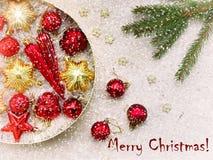 Caja redonda con rojo y decoraciones de la Navidad del oro Fondo de la tarjeta del Año Nuevo y de Navidad Copie el espacio Foco s Imagen de archivo