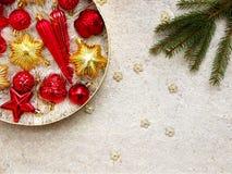 Caja redonda con rojo y decoraciones de la Navidad del oro Fondo de la tarjeta del Año Nuevo y de Navidad Copie el espacio Foco s Imágenes de archivo libres de regalías