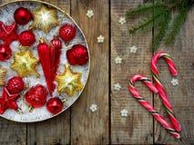 Caja redonda con rojo y decoraciones de la Navidad del oro Fondo de la tarjeta del Año Nuevo y de Navidad Copie el espacio Foco s Imagenes de archivo