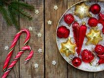 Caja redonda con rojo y decoraciones de la Navidad del oro Fondo de la tarjeta del Año Nuevo y de Navidad Copie el espacio Foco s Imagen de archivo libre de regalías