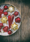 Caja redonda con rojo y decoraciones de la Navidad del oro Fondo de la tarjeta del Año Nuevo y de Navidad Copie el espacio Foco s Fotografía de archivo
