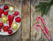 Caja redonda con rojo y decoraciones de la Navidad del oro Fondo de la tarjeta del Año Nuevo y de Navidad Copie el espacio Foco s Fotografía de archivo libre de regalías