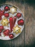 Caja redonda con rojo y decoraciones de la Navidad del oro Fondo de la tarjeta del Año Nuevo y de Navidad Copie el espacio Foco s Fotos de archivo
