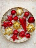 Caja redonda con rojo y decoraciones de la Navidad del oro Fondo de la tarjeta del Año Nuevo y de Navidad Foco selectivo Fotos de archivo libres de regalías