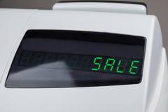 Caja registradora con la venta de la palabra en la exhibición Fotos de archivo libres de regalías
