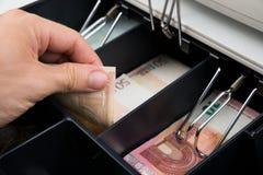 Caja registradora de Person Hands With Banknote In foto de archivo