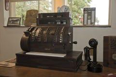 Caja registradora y teléfono antiguos Imagen de archivo libre de regalías