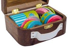 Caja retra con la cinta de la decoración en fondo aislado Imagen de archivo
