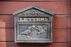 Caja retra de los posts con las palomas fotografía de archivo