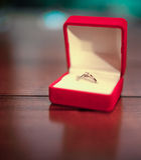 Caja roja abierta de la joyería con el anillo de compromiso Primer Imagen de archivo libre de regalías