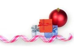 Caja roja, blanca y azul del regalo de la Navidad del Año Nuevo con un fondo del blanco del arco Imagenes de archivo
