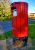 Caja roja británica icónica del poste imagenes de archivo