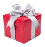 Caja roja con el regalo atado con los arcos del gris aislados en el backgrou blanco imagen de archivo libre de regalías
