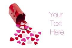 Caja roja con las decoraciones en forma de corazón Imagen de archivo libre de regalías