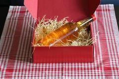 Caja roja con Straw And Bottle Imágenes de archivo libres de regalías