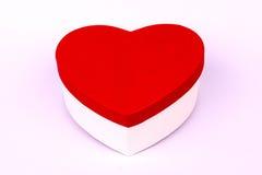 Caja roja de la forma del corazón en blanco Foto de archivo