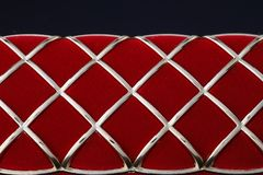 Caja roja de la joyería en un fondo oscuro fotos de archivo libres de regalías