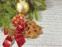 Caja roja de la rama de la Navidad con un arco en un fondo del ladrillo Fotos de archivo libres de regalías