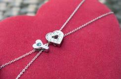 Caja roja del corazón con llave y la cadena Imagen de archivo libre de regalías