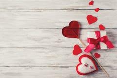 Caja roja del corazón y de regalo de Handmaded en Grey Background Valentines T fotos de archivo