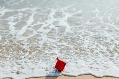 Caja roja del regalo en el mar Fotos de archivo