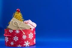 Caja roja del ` s del Año Nuevo con los snowflaces y los cristmas blancos pintados g Imagenes de archivo