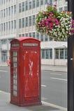 Caja roja del teléfono en Londres Fotos de archivo libres de regalías