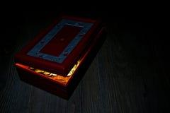 Caja roja del tesoro abierta y monedas de oro Imagenes de archivo
