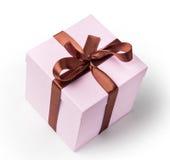 Caja rosada delicada para un regalo, luz, con la cinta marrón Imagen de archivo libre de regalías