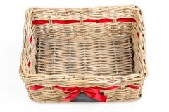 Caja tejida del rectángulo, cesta con la cinta roja de la cinta de satén y pequeña pizarra Fotos de archivo